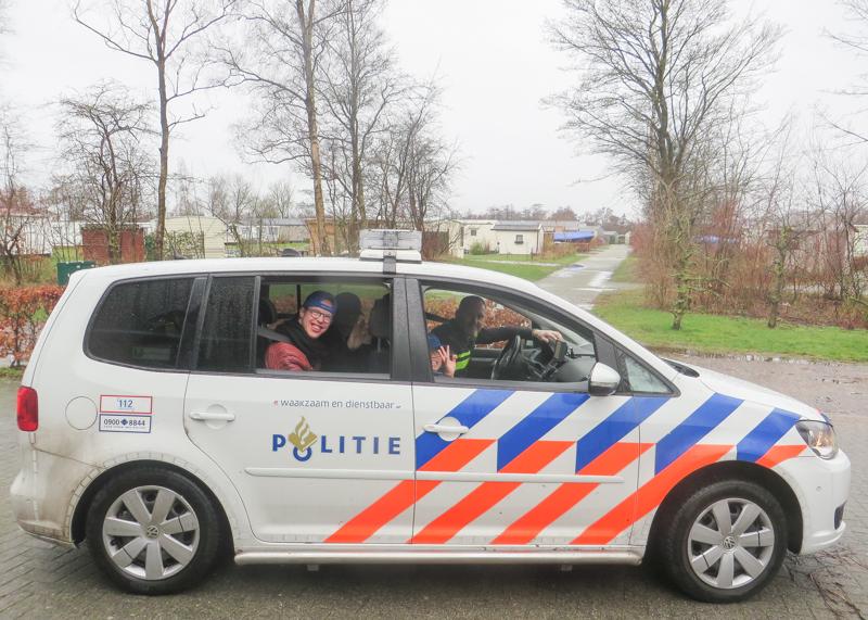 Een echte politieagent komt bij ELF vertellen over politiewerk voor Wouter en Lina